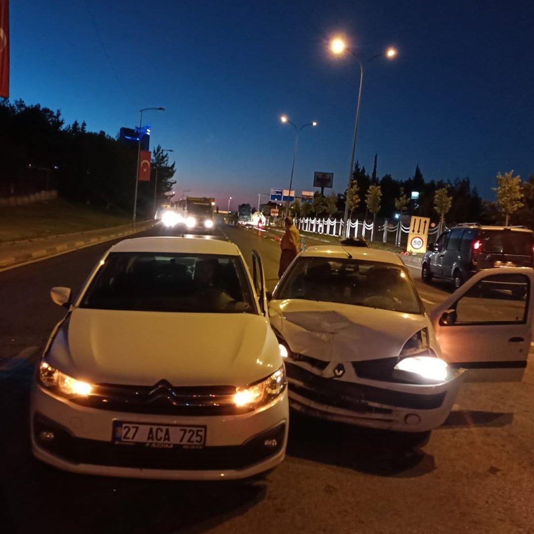 2 araç çarpıştı: 3 yaralı