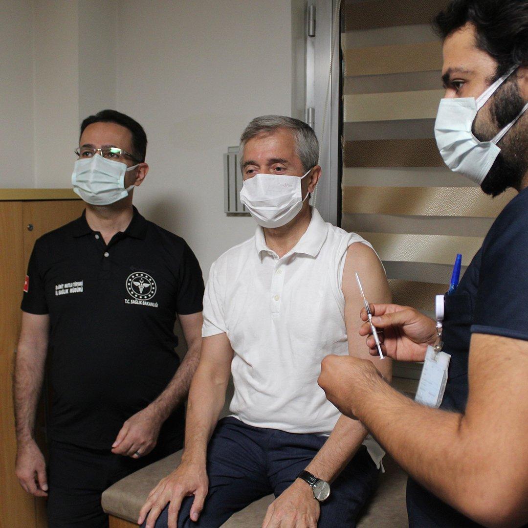"""3'üncü doz aşısını yaptıran Gaziantep İl Sağlık Müdürü Tiryaki: """"Aşıdan başka çözüm yok"""