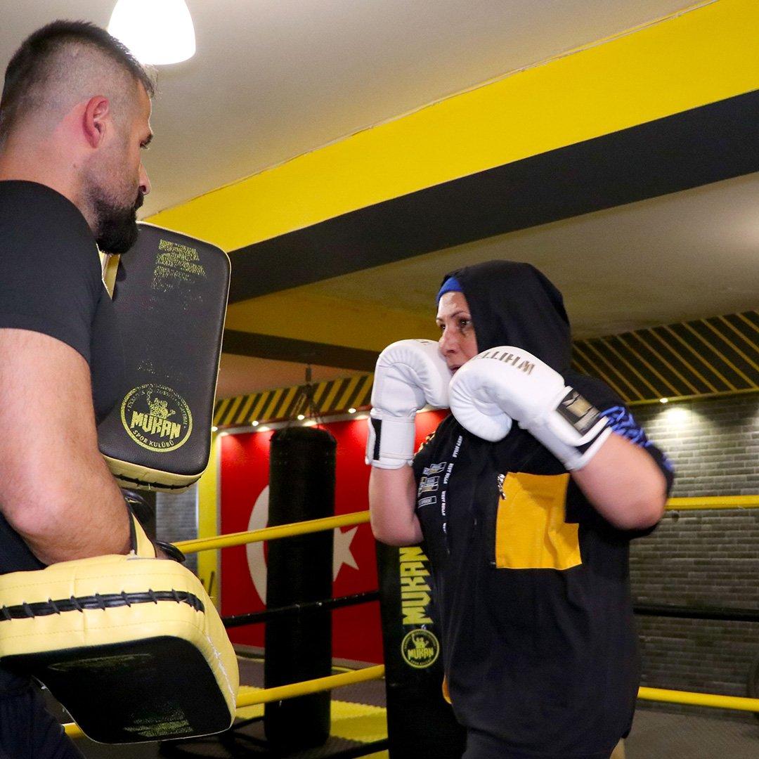 56 Yaşında kick boks sporcusu oldu