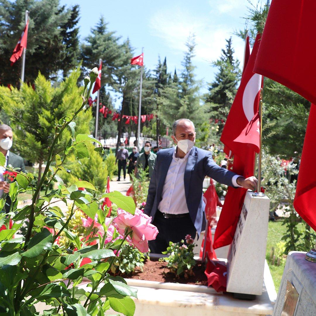 Adalet Bakanı Gül, annesinin mezarını ziyaret etti