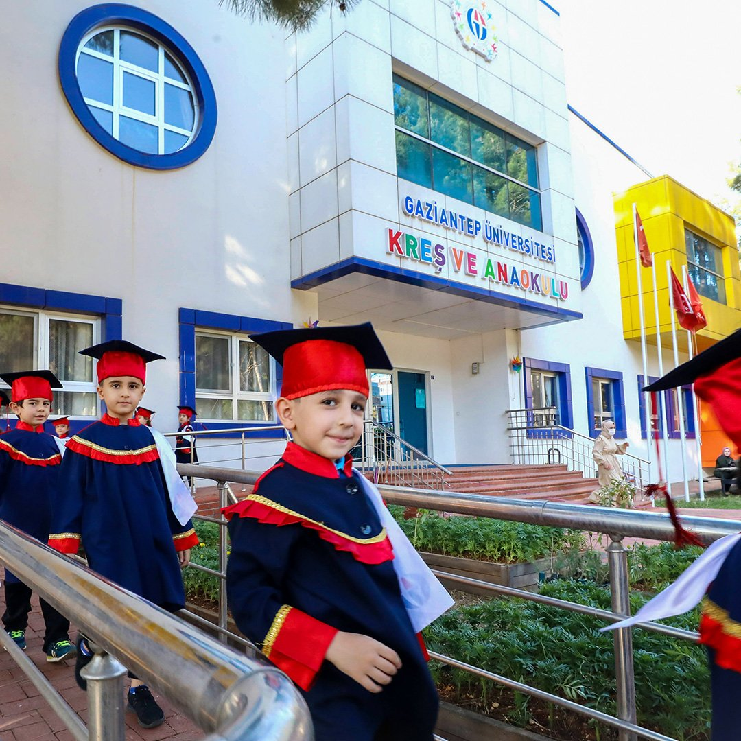 Anaokulu öğrencilerinin mezuniyet sevinci