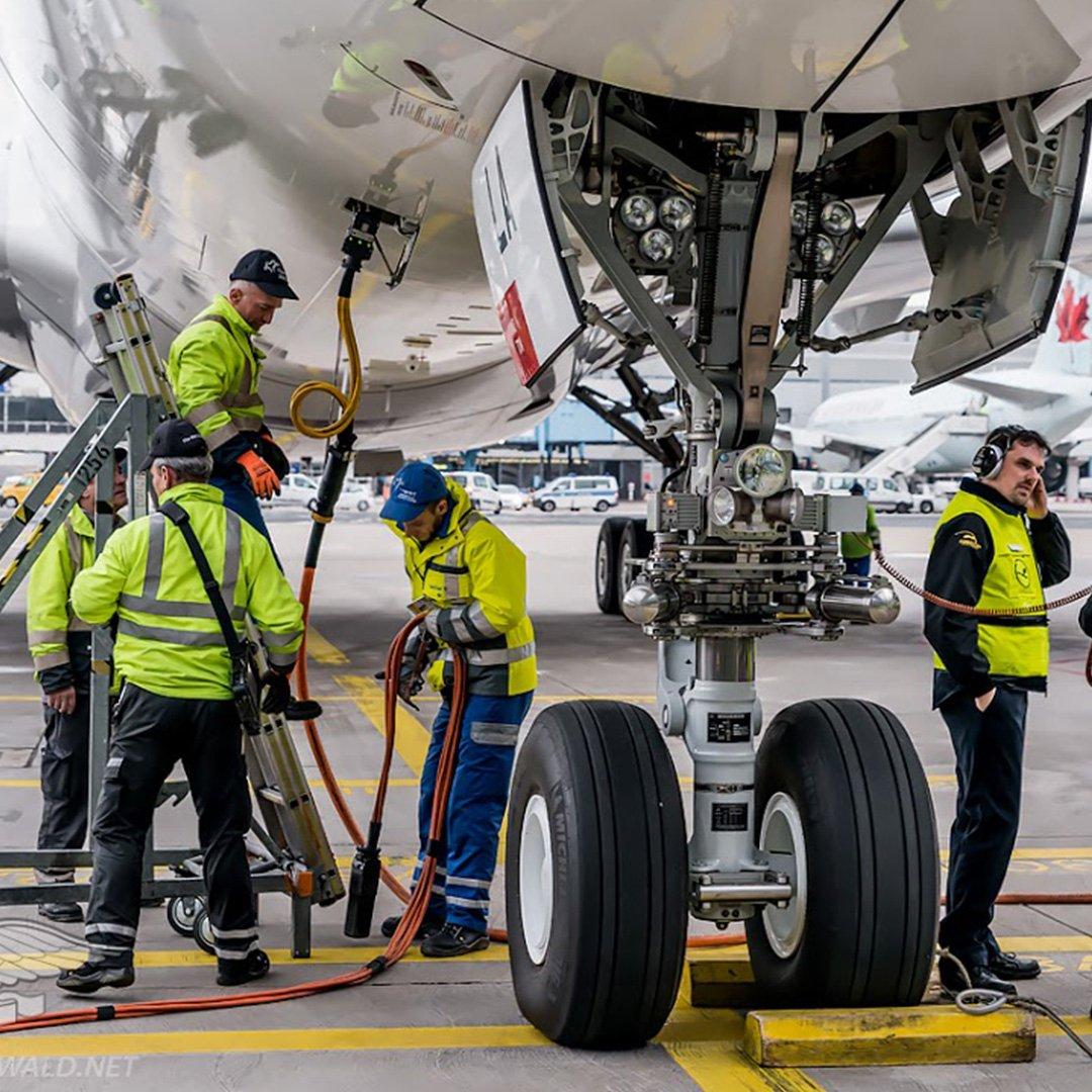 Bakım işçisi küçük uçak kaçırdı: 2 ölü
