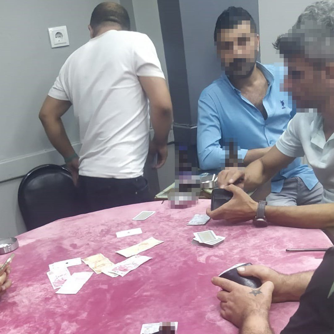Bayrampaşa'da kumar oynatan kıraathaneye polis baskını
