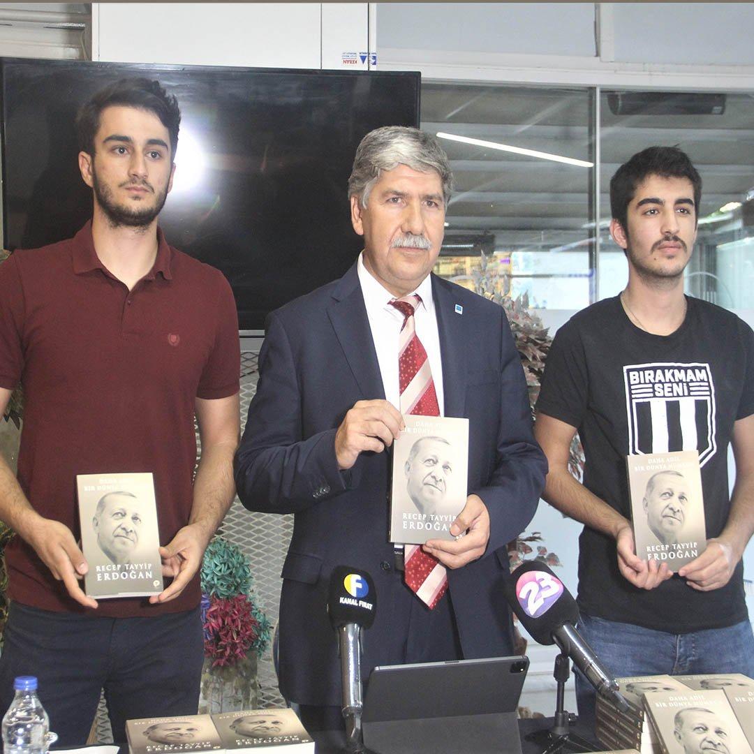 Cumhurbaşkanı Erdoğan'ın kaleme aldığı kitaptan 2 bin 23 adet alıp vatandaşlara dağıttı