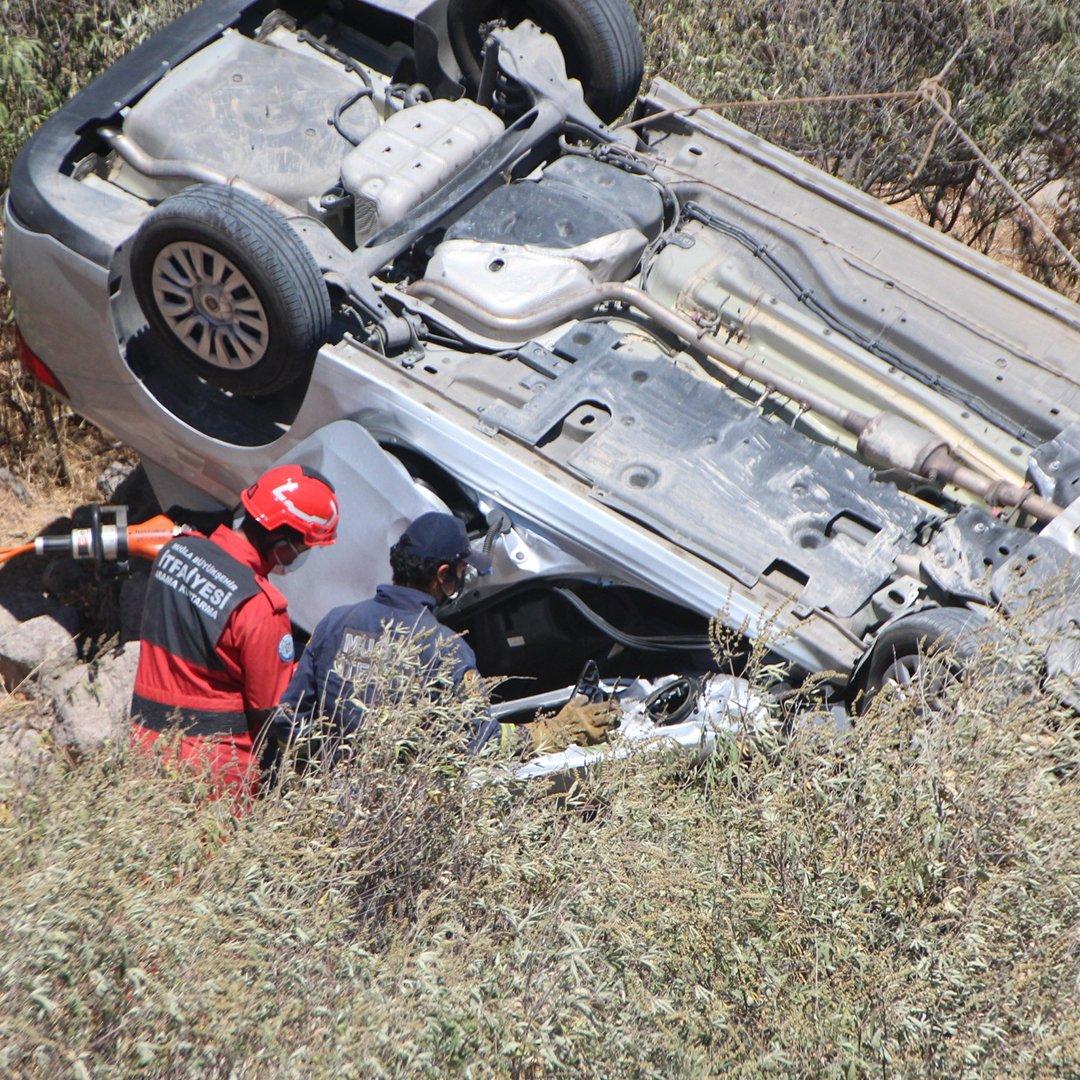 Dereye devrilen otomobildeki kadın yaşamını yitirdi