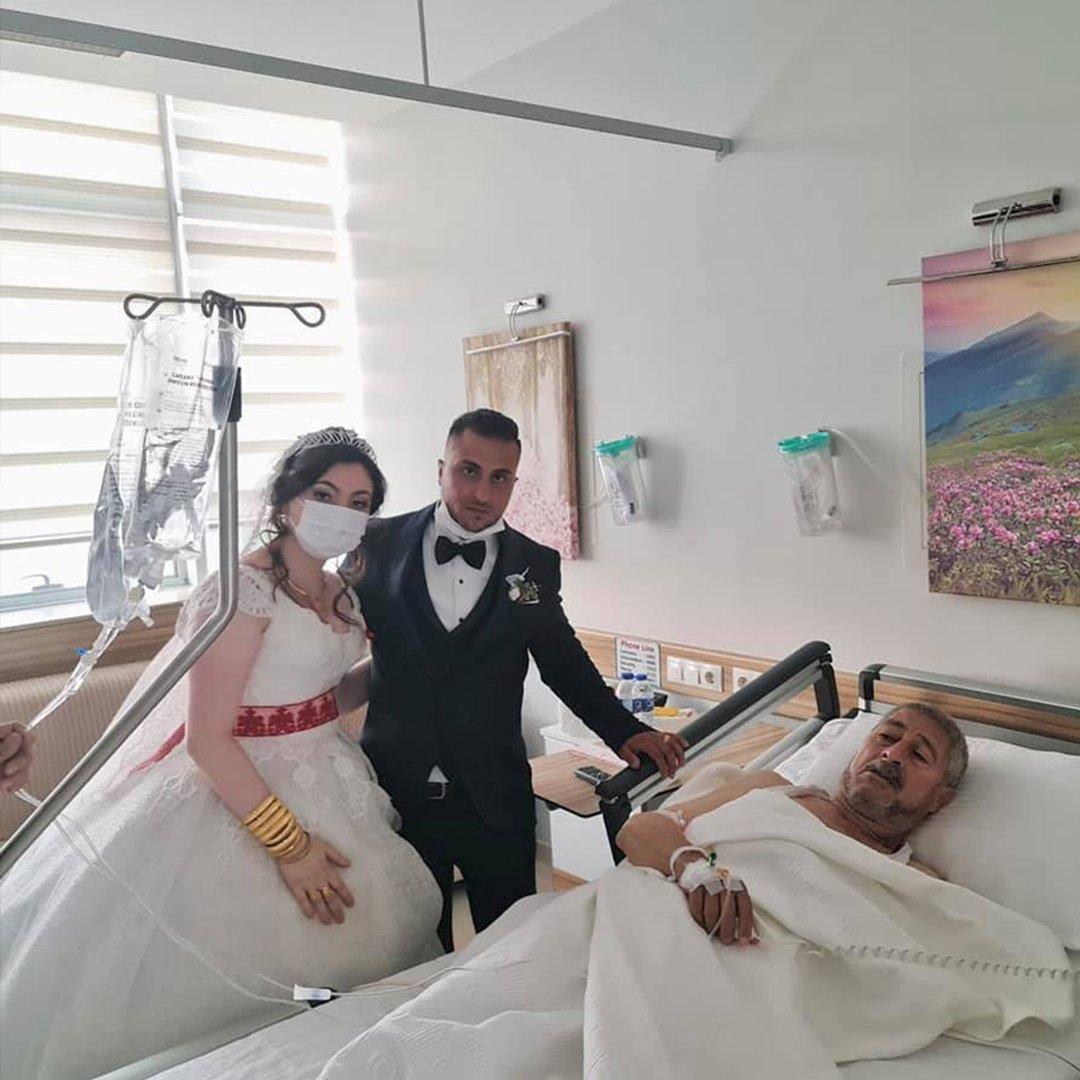 Düğün günü hastalanan babalarını gelinlik ve damatlıkla ziyaret ettiler