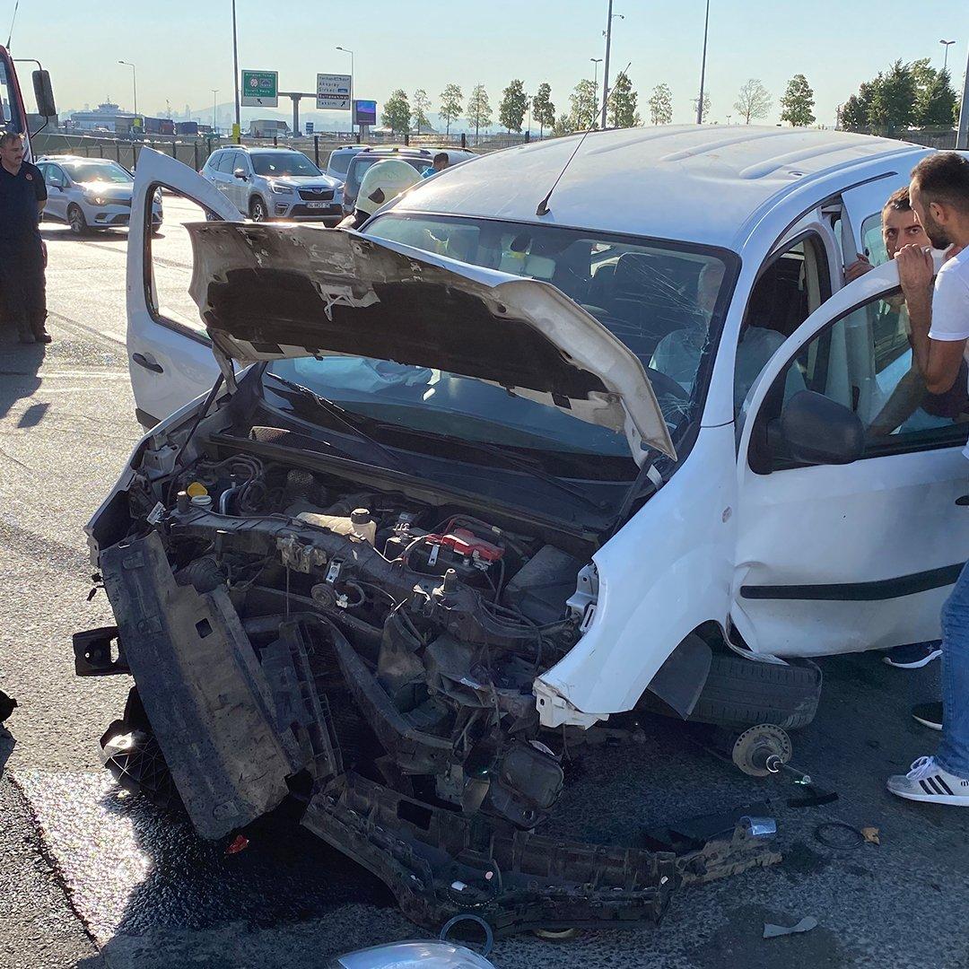 Fatih'te kazaya karışan sürücü şoka girip aracından çıkamadı
