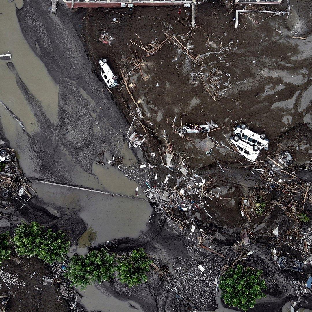 Felaket yüzlerce aracı çamura gömdü