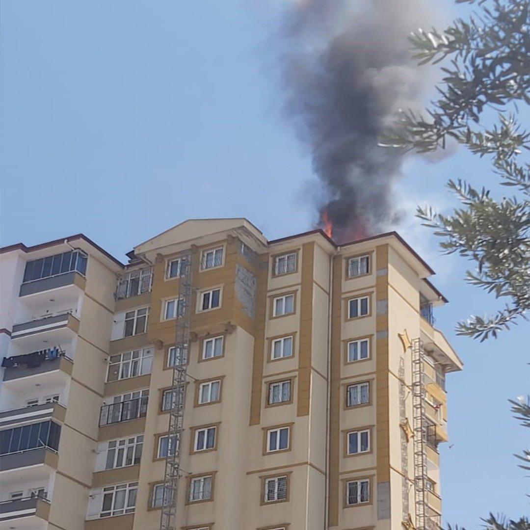 Gaziantep'te 11 katlı binanın çatı katında yangın