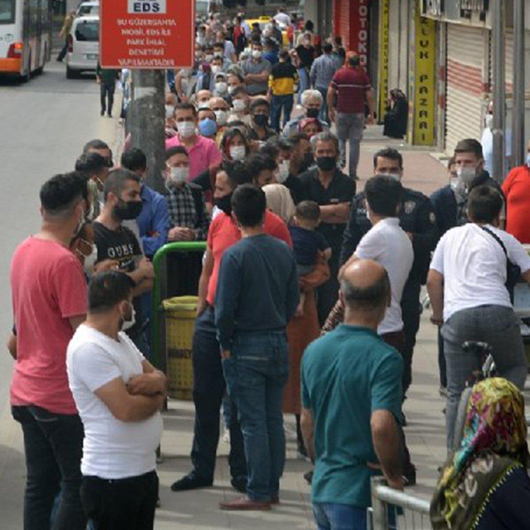 Gaziantep'te Sosyal mesafesiz sosyal yardım kuyruğu!