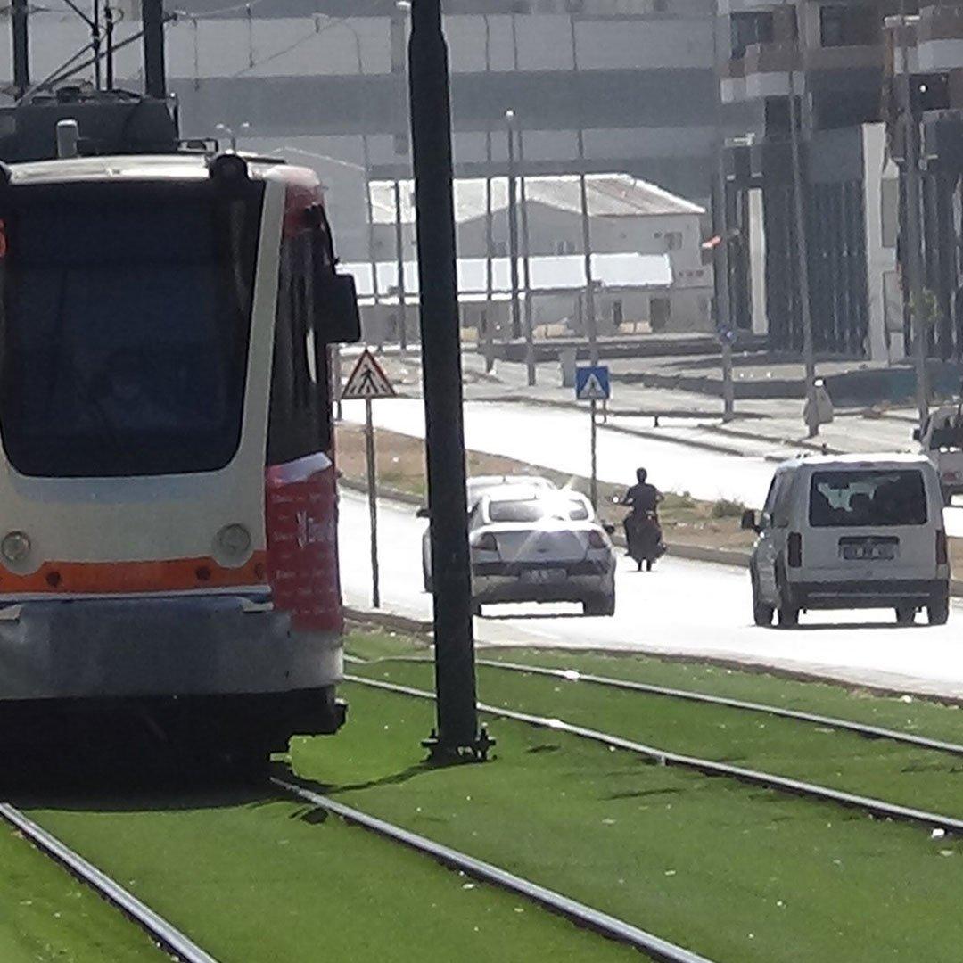Genç kıza tramvay çarptı