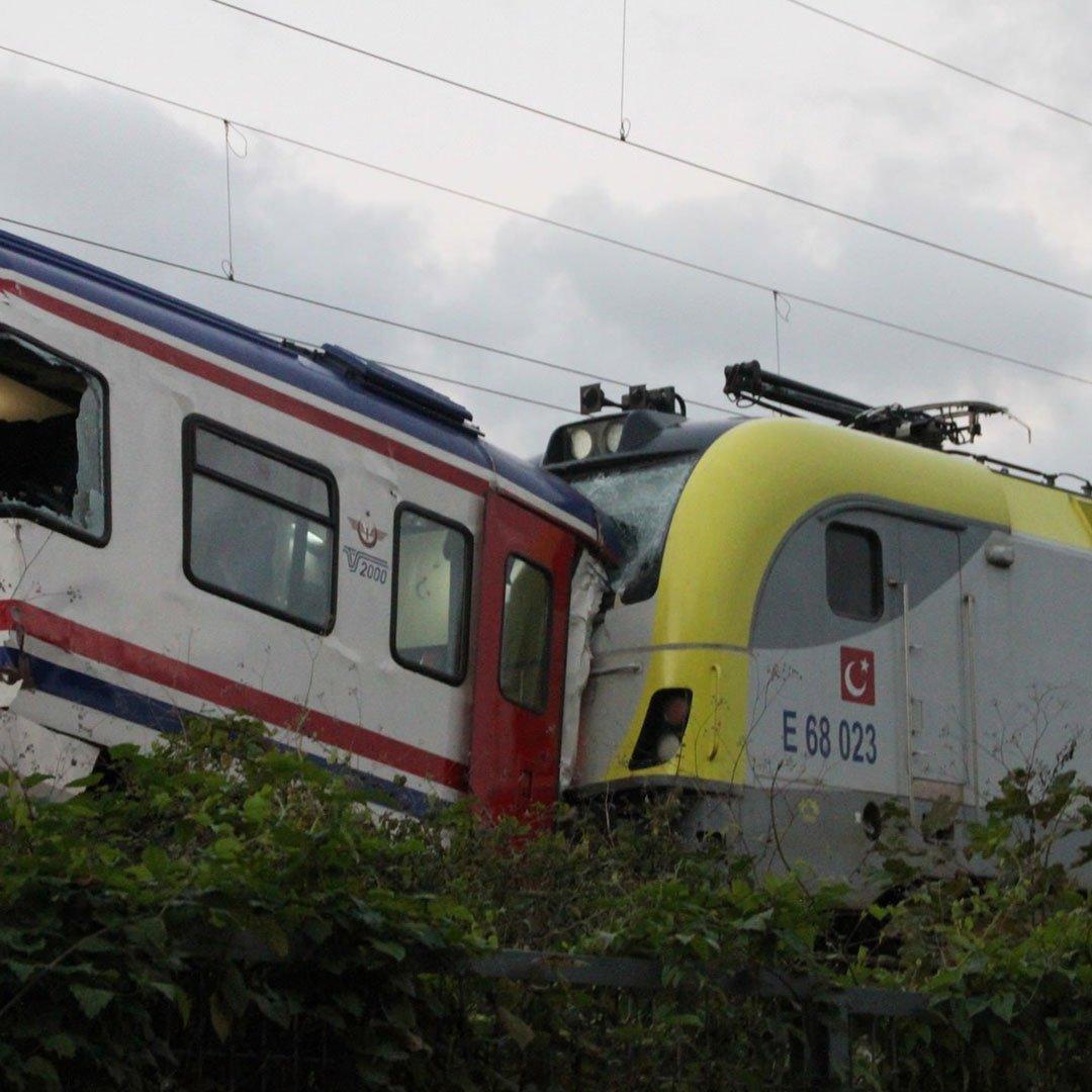 İki tren çarpıştı
