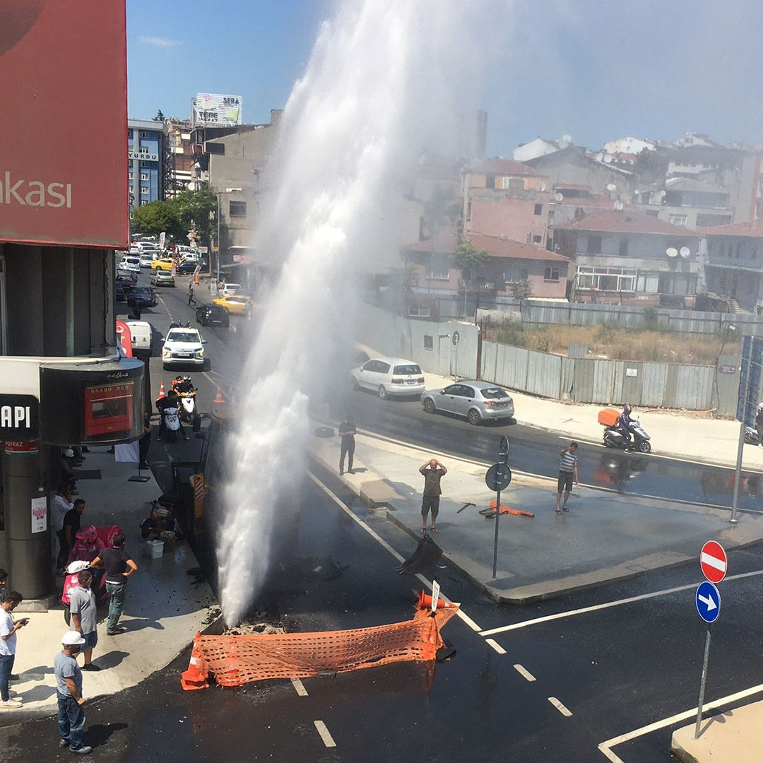 Kadıköy'de İSKİ'nin çalışmasında su borusu patladı, metrelerce yükseğe su fışkırdı