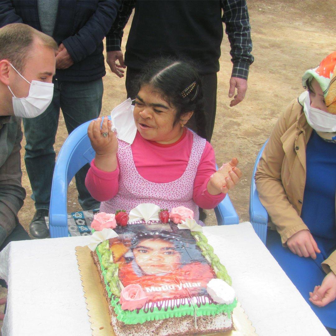 Kaymakam Mutlu'dan bedensel engelli kıza doğum günü sürprizi