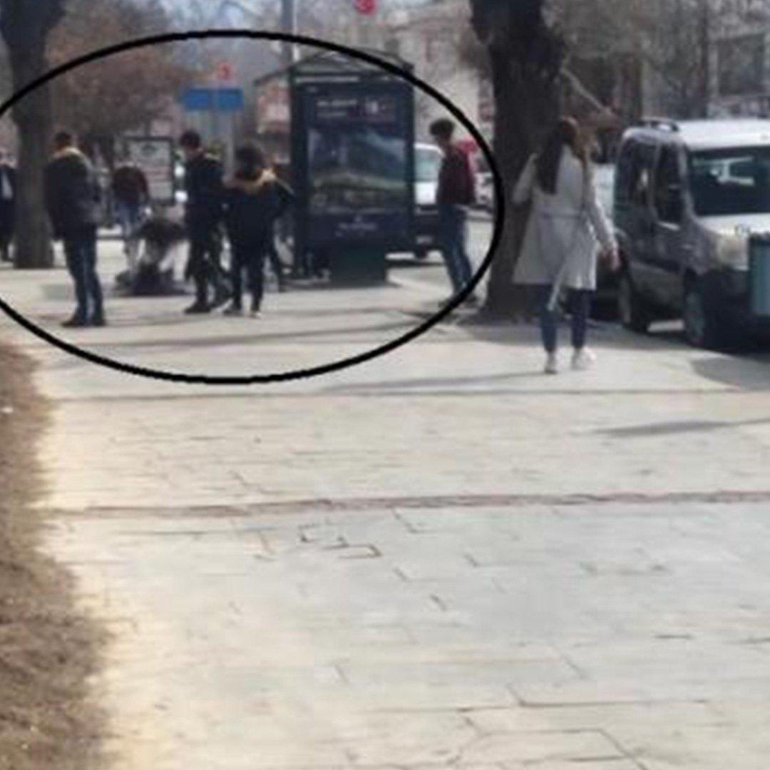 Liseli kızlar sokak ortasında birbirlerine girdi!