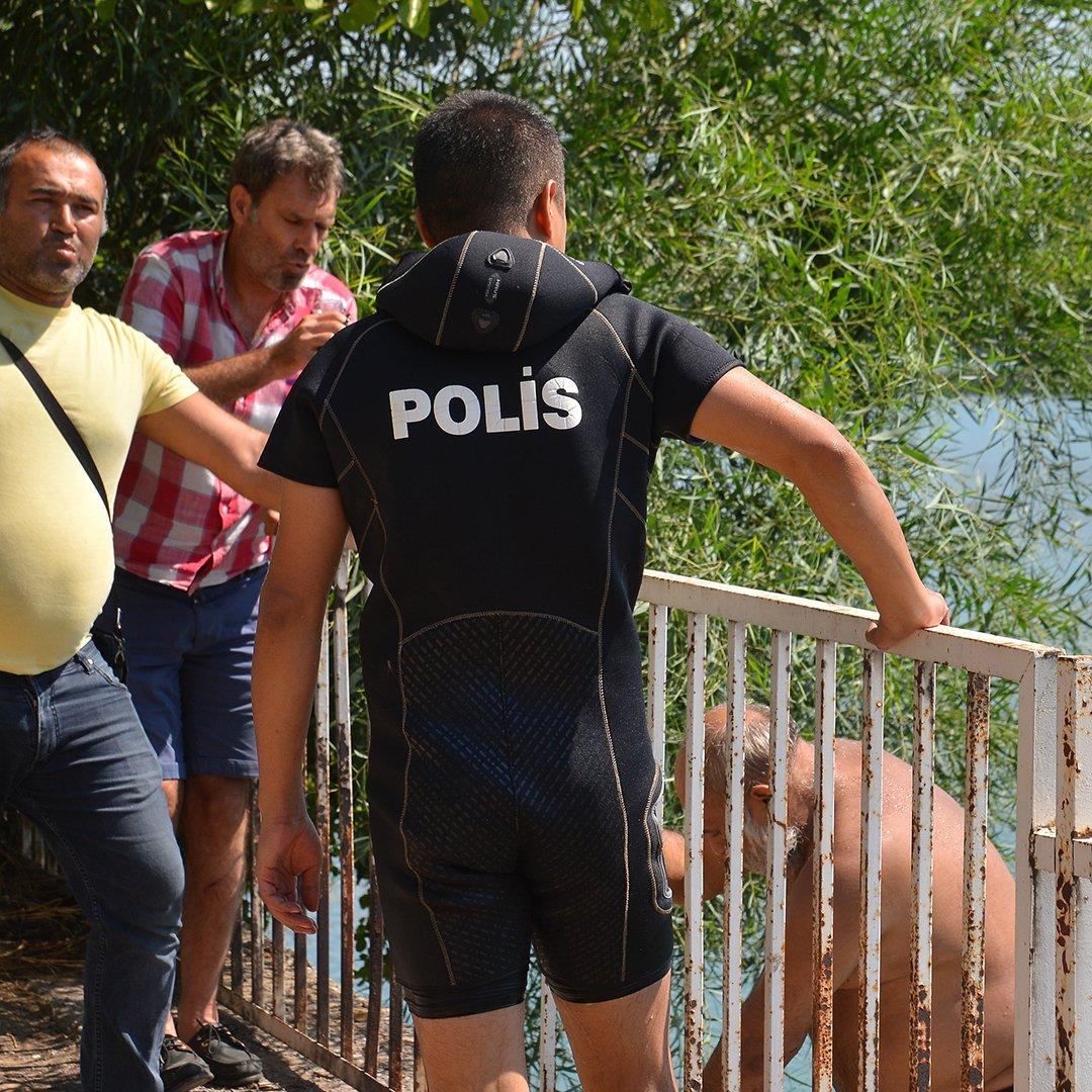 Nehirde yüzen yaşlı adam polisi alarma geçirdi