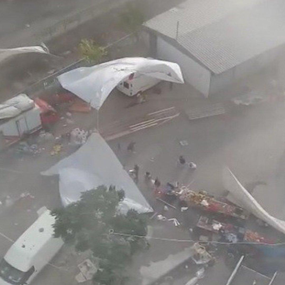 Osmaniye'de aniden gelen fırtına tozunu dumana kattı