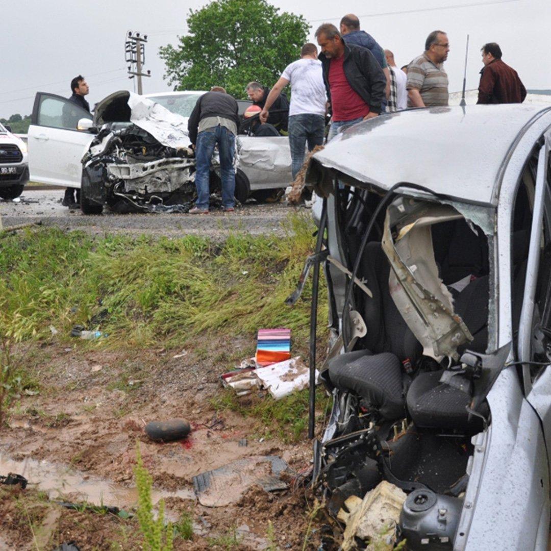 Otomobil paramparça oldu: 3 kişi öldü