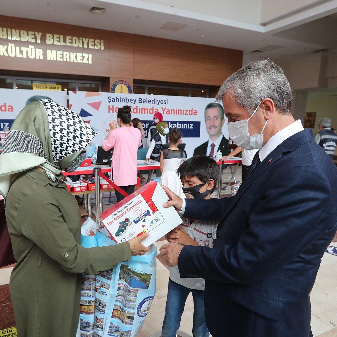 Şahinbey Belediyesinden öğrencilere karne hediyesi