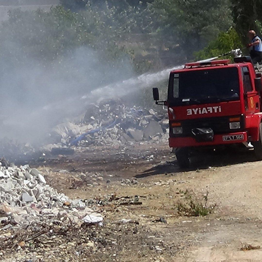 Sanayi bölgesi yakınında çıkan yangın korkuttu