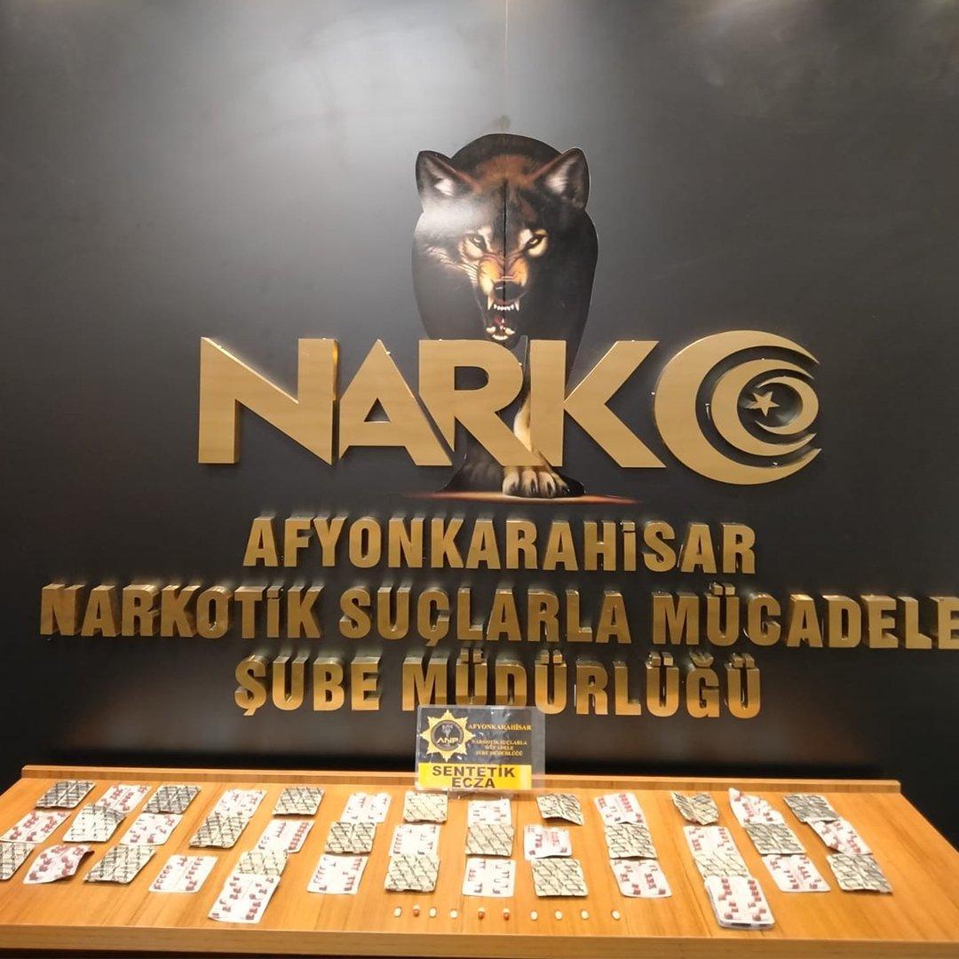 Şüphe üzerine durdurulan araçta 596 adet uyuşturucu hap ele geçirildi