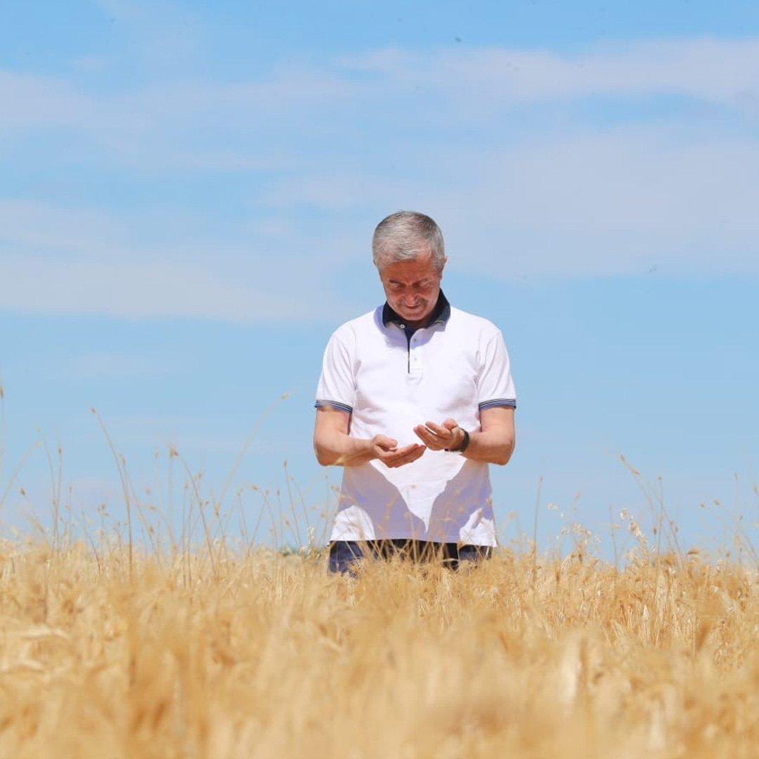 Tahmazoğlu çiftçilerin hasat sevincine ortak oldu