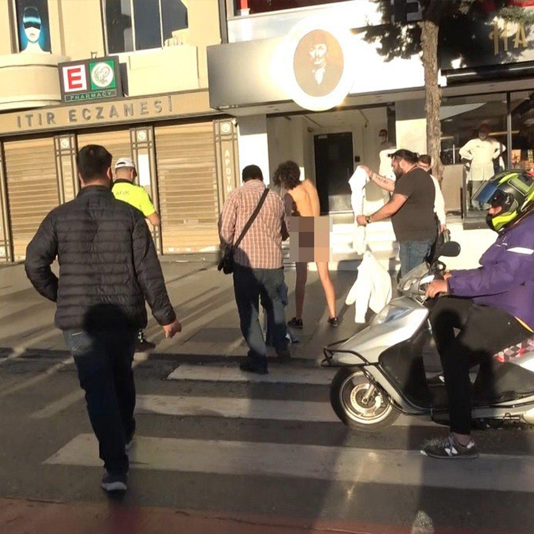 Turist Taksim Meydanı'nda soyundu