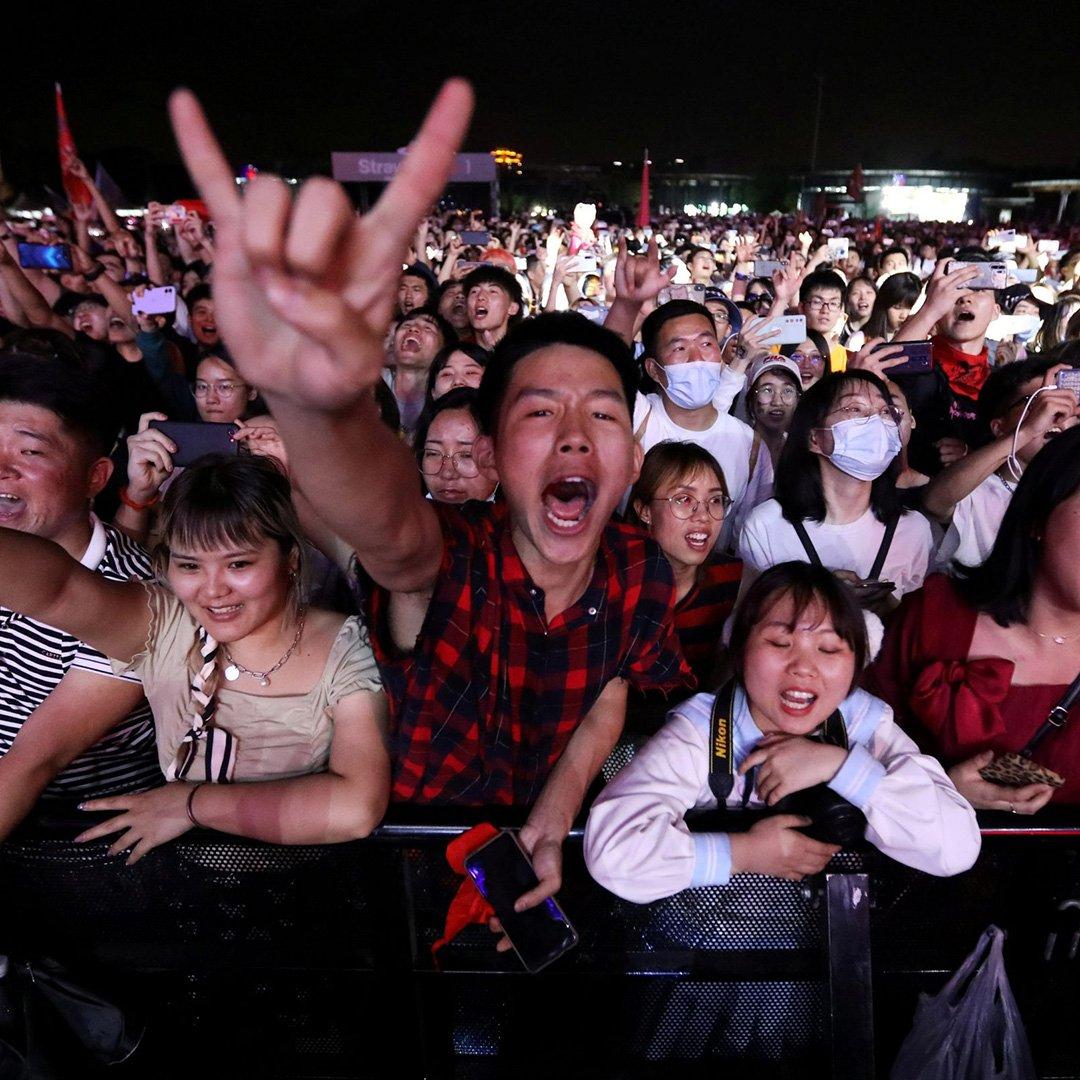 Wuhan'da maskesiz ve mesafesiz festival