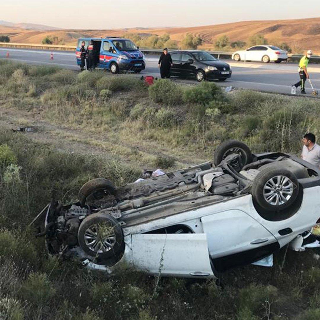 Yoldan çıkan otomobil toprak alanda takla attı: 5 yaralı